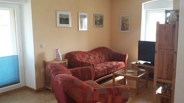 Wohnbereich mit 3- und 2-Sitzer-Couch