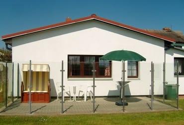 sonnige Terrasse mit Windschutz