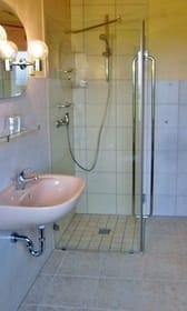 moderner Wasch- u.- Duschbereich