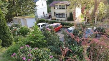 Blick vom Haus auf den Parkplatz