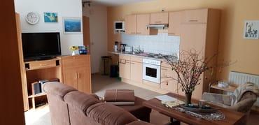 Wohnzimmer mit Küchenzeile ,Blick zur Eingangstür