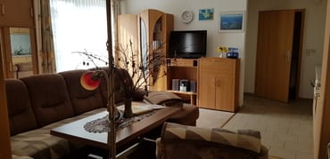 Wohnzimmer mit Wohnungseingang