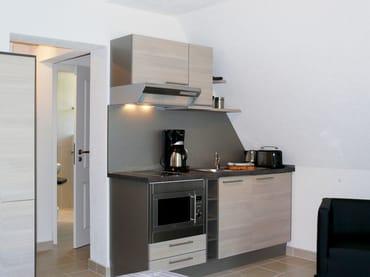 Küchenzeile, mit Komplettausstattung (Geschirrspüler, Backofen, Ceranfeld, Kühlschrank mit Gefrierfach)