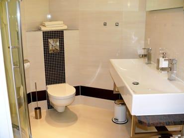 modernes Duschbad mit Doppelwaschbecken