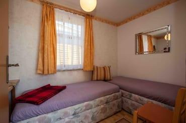 separates Zimmer mit ausziehbarer Eckcouch