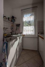 kleine Küche mit 2 Kochplatten,Kühlschrank Spüle,Kaffeemaschine,Wasserkocher,Eierkocher,Toaster