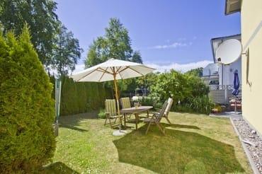 Garten mit Wäschespinne und Grill