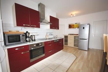 Küchenzeile mit Backofen und großem Kühlschrank mit Tiefkühlunterteil