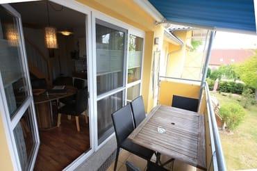 Balkon mit Sonnenschutzmarkise