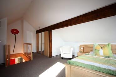 Maisonette-Schlafzimmer im Dachgeschoß mit Aufgang