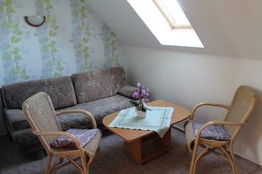 2. Fewo Wohnzimmer mit Schlafcouch und Fernseher