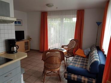 Wohnraum der Ferienwohnung Vilm mit Blick auf die Terrasse