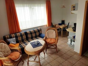 Wohnraum der Ferienwohnung Vilm mit Blick in die Küche