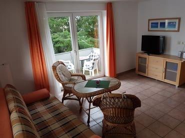 Wohnzimmer der Ferienwohnung Wollin mit Blick auf den Balkon