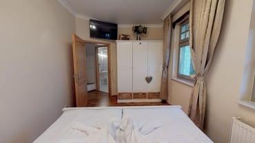 Das Schlafzimmer mit zweitem LCD Fernseher