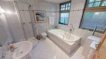 Das Bad verfügt neben Dusche und WC zusätzlich über eine Badewanne mit Whirlpool-Funktionen.