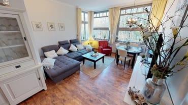 Wohnzimmer mit der variablen Ausziehcouch und Blick auf den Ostseewald