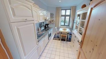 voll ausgestattete Küche mit Essecke