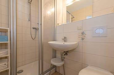 neues Badezimmer mit WC und Dusche