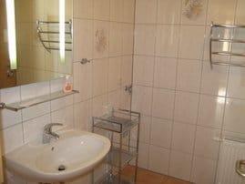 Bad mit Dusche, WC, Waschmaschine