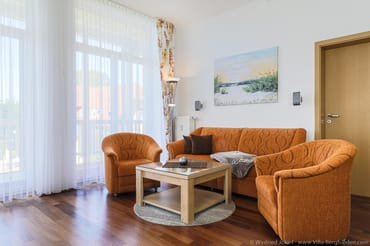 Wohnzimmer mit Couch und Sesseln