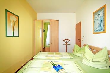 Schlafzimmer - großer Schrank mit Spiegel