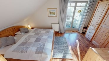 Schlafzimmer mit Blick zum Balkon