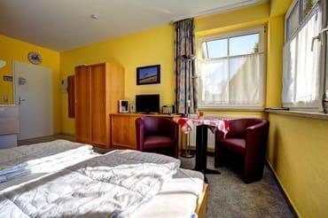 Wohn-Schlafbereich mit Pantry Küche.