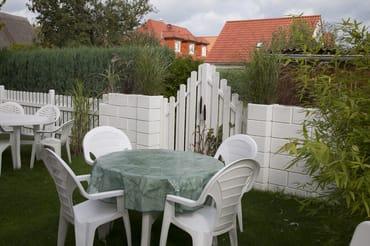 """Garten mit Sitzgelegenheiten + verschiedenen Grills für """"alle"""" Gäste."""
