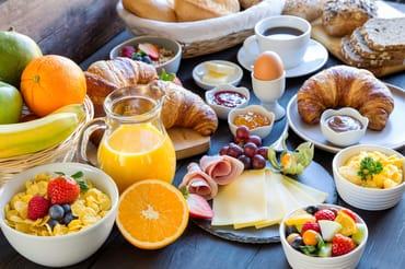 Frühstück bis 14 Uhr können Sie im Kurmittelcentrum vis-a-vis zum Haus buchen !!