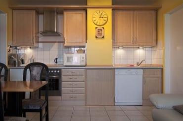 Küchenzeile mit Cerankochfeld und Backofen,großer Geschirrspüler,sowie komplette Küchenausstattung
