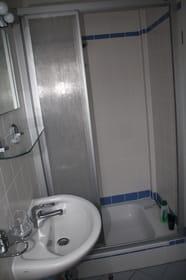 Duschbad mit WC, Zugang vom Schlafzimmer