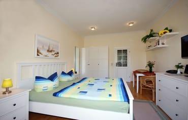 kombiniertes Wohn/Schlafzimmer mit Doppelbett, Essplatz