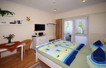 kombiniertes Wohn/Schlafzimmer mit Terrasse