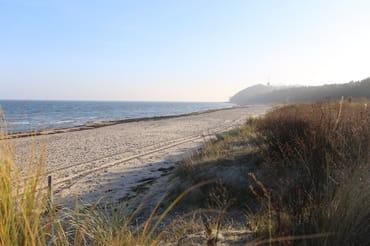 der Strand vor der Haustür im Hintergrund der Lotsenturm