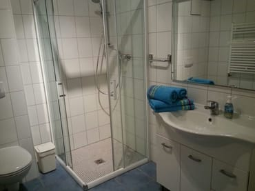 großes Bad mit ebenerdiger Dusche