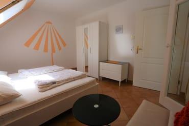 Schlafzimmer 1 , Sitzecke Tisch