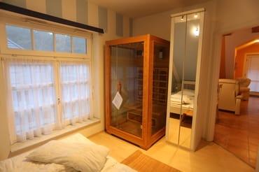 großes Wohnzimmer mit Ledermöbeln und  Küchenzeile