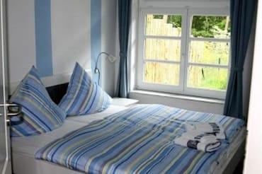 Schlafzimmer 1 mit Doppelbett und Blick in Ihren Garten