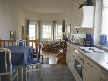 Blick von der Pantry-Küche in den Wohnraum