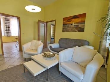 Wohnzimmer mit Flachbildschirm, Radioanlage inclusive DVD Player und Blick auf die Veranda