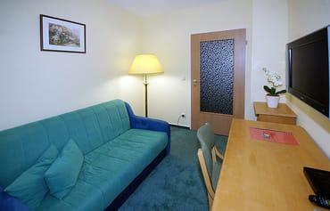 Schlafzimmer mit Schlafcouch, Flat-TV und kl. Balkon