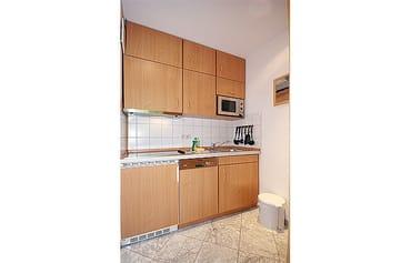 die Küche mit Geschirrspüler und Mikrowelle