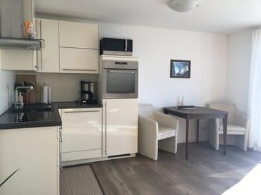 Küche mit Essecke Ferienwohnung rechts