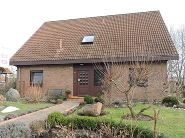 """Haus """"Rotmilan"""" . Rechts neben der Haustür das Ferienzimmer """"Grashüpfer"""""""