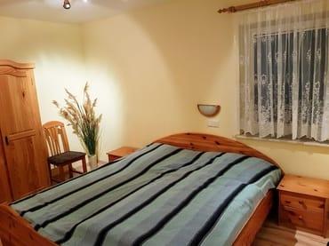 Schlafzimmer mit großes Doppelbett
