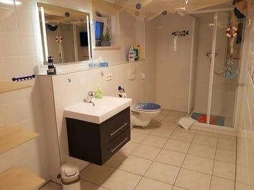 Ihr großes Badzimmer ist mit einer Dusche ausgestattet.