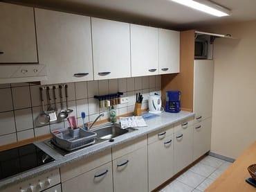Voll ausgestattete Küche mit großem Kühlschrank & Kühlfach, Backofen, Ceranfeld, Mikrowelle, Kaffeemaschine, Toaster, Wasserkocher und Eierkocher.