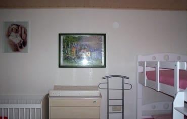 schlafzimmer mit 60x120 cm Babybettchen, Wickelkommode, Etagenbett 90x 190 cm