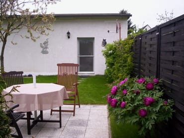 Terrasse im Garten mit Seeblick